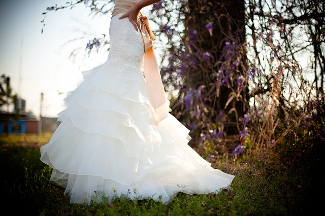 wedding-dress-349959_640